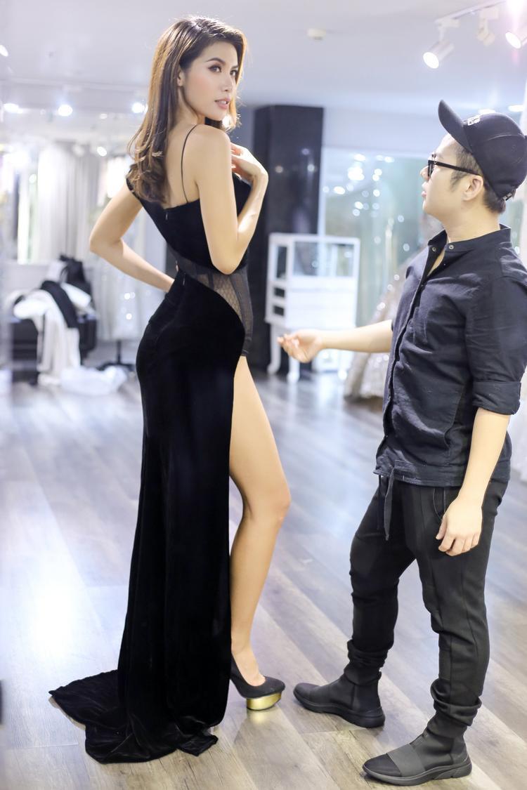 Để sự xuất hiện của mình trở nên hoàn hảo và ấn tượng nhất, huấn luyện viên The Face nhờ nhà thiết kế thân thiết Chung Thanh Phong tư vấn trang phục.