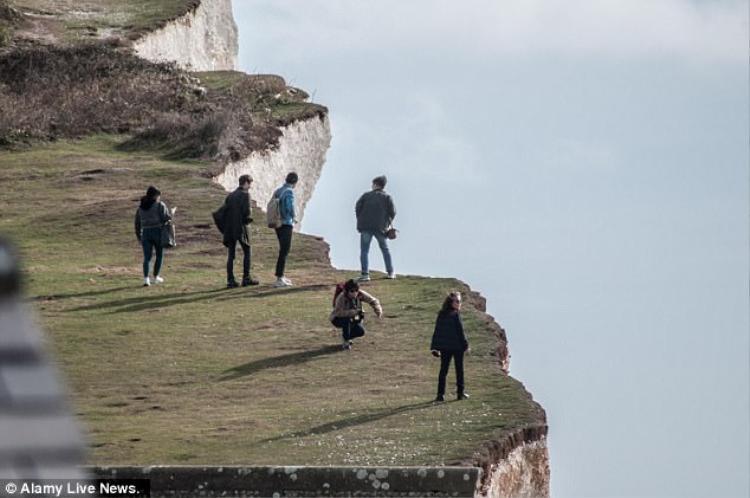 Rìa mỏm đá là nơi nguy hiểm, nhưng không ít người bất chấp và vẫn ra sát mép để chụp ảnh.