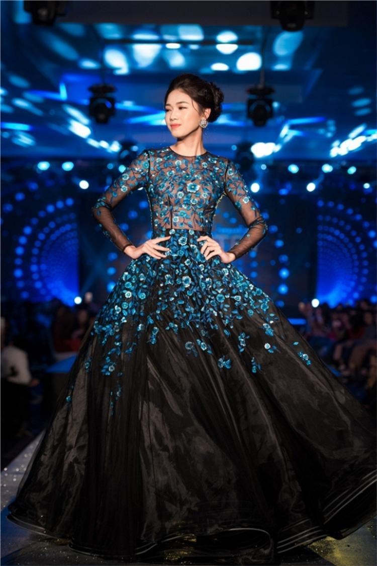 Tại một show âm nhạc - thời trang diễn ra ở Hà Nội vào tối ngày cuối năm ngoái.Trong vai trò người mẫuvedete, Á hậu Thanh Tú lộng lẫy trong thiết kế này. Với lối trang điểm tự nhiên nhưng vẫn sắc nét cùng tóc được búi cao càng tăng vẻ thanh thoát cho chân dài gốc Thủ Đô.