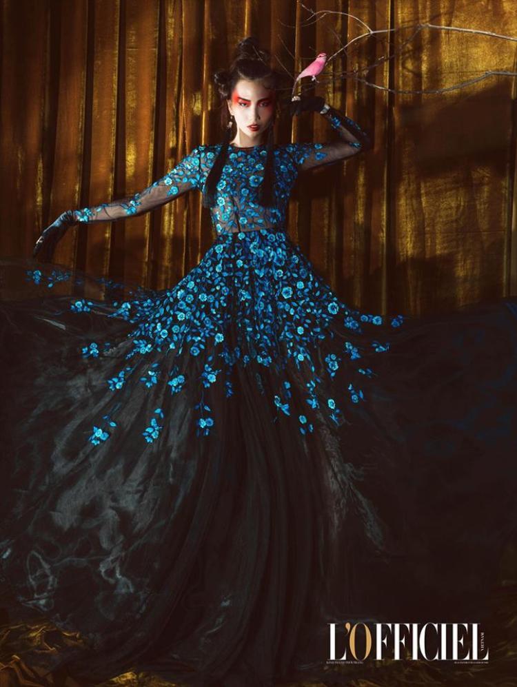 Người mẫu Trần Thanh Thủy lại mang vẻ ma mị, bí ẩn khi diện bộ đầm này chụp ảnh cho bìa một tạp chí nổi tiếng.