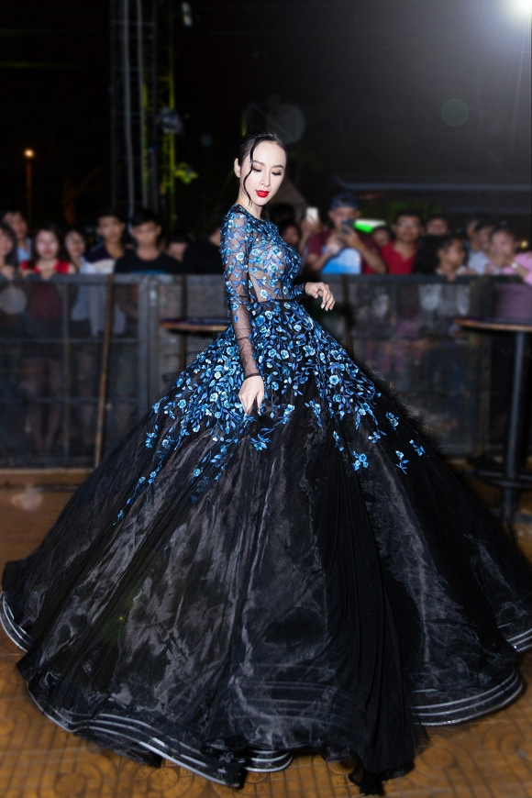 Trong một sự kiện hồi đầu năm 2017, Angela Phương Trinh cũng đã xuất hiện với bộ cánh này. Cô mang đến một phong cách hoàn toàn mới, không mong manh, thanh thoát như Đặng Thu Thảo, không quá lạnh lùng như Lê Thúy mà vô cùng sexy và gợi cảm như đúng hình ảnh của cô trước giờ.