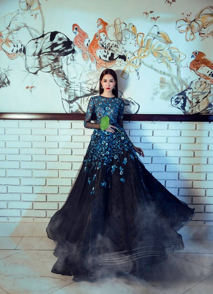 """""""Hoa hậu của mọi Hoa hậu"""" Đặng Thu Thảo là một trong những nàng thơ đầu tiên được diện bộ cánh tinh tế này của NTK Lê Thanh Hòa, """"Thần tiên tỷ tỷ"""" mang đến vẻ đẹp mong manh, kiêu sa tựa sương mai."""