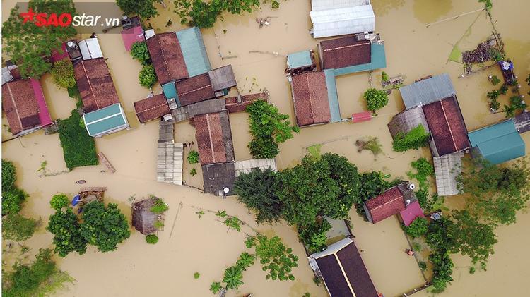 Trước đó, theo thông tin từ ông Đỗ Đình Trung, Phó Chủ tịch UBND xã Nam Phương Tiến, đoạn đê bao Bùi 2 bị vỡ vào sáng ngày 12/10 đã khiến gần 400 nhà ở vùng trũng bị ngập, nhiều diện tích hoa màu bị hư hại.