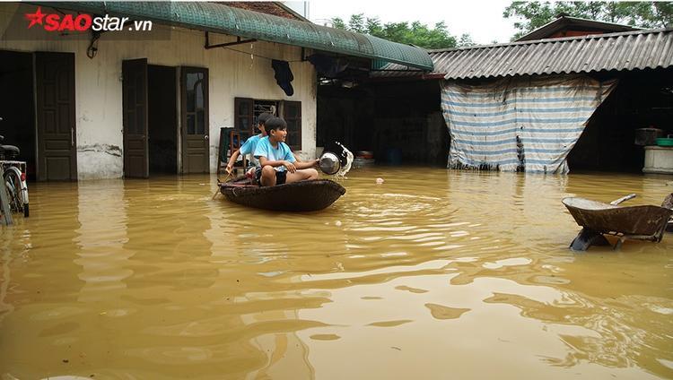 Thời điểm bị ngập sâu nhất nước dâng tới tận ngực người lớn, bà con phải di chuyển bằng những chiếc thuyền như thế này.