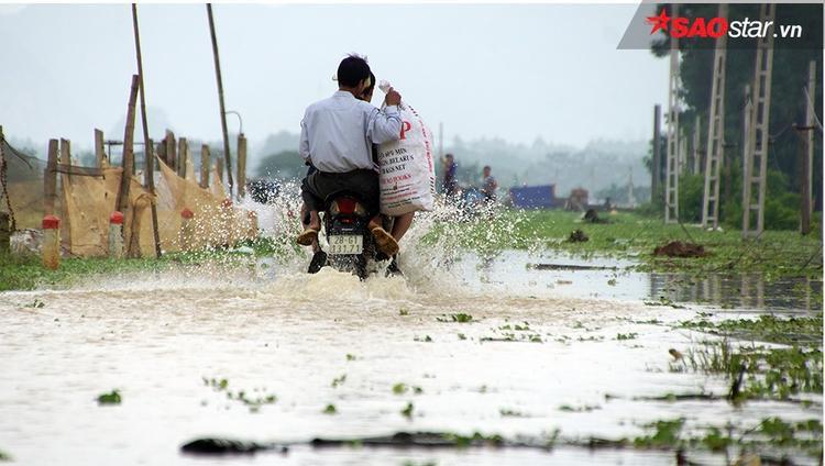 Đời sống người dân xáo trộn vì nước ngập.