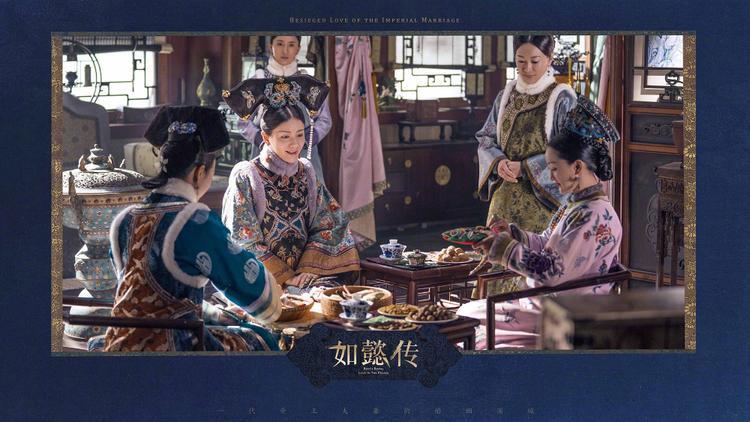 Kiểu dáng tuy vẫn tuân theo lịch sử Mãn Thanh nhưng nhà thiết kế đã áp dụng hài hòa những gam màu hiện đại để tạo ra những trang phục mãn nhãn người xem.