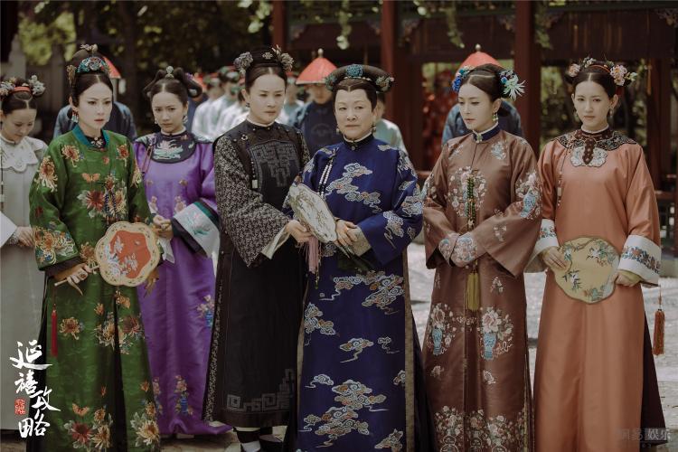 Dù sẽ khá lạ lẫm với khán giả nhưng sự thật, đây mới đúng là những gì mà phụ nữ quý tộc thời đại Càn Long mặc.