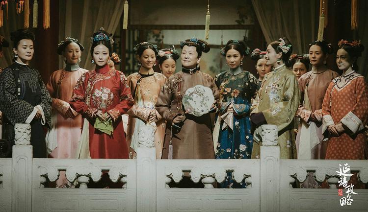 """Nhờ """"Diên Hi Công Lược"""" mà chúng ta đã có hình dung rõ ràng hơn về trang phục đầu thời Thanh, đặc biệt là thời Càn Long."""