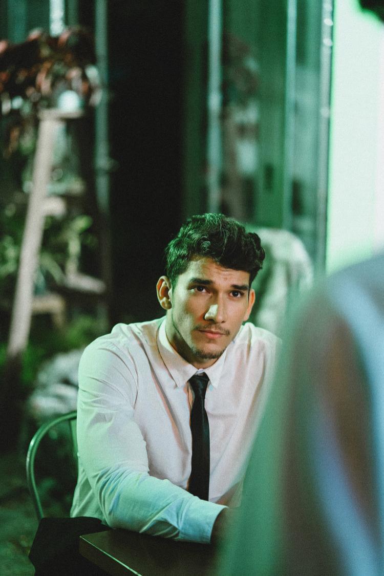 Chàng mẫu Tây khá điển trai trong MV. Dự đoán đây tiếp tục là một MV đam mỹ của nam ca sĩ.