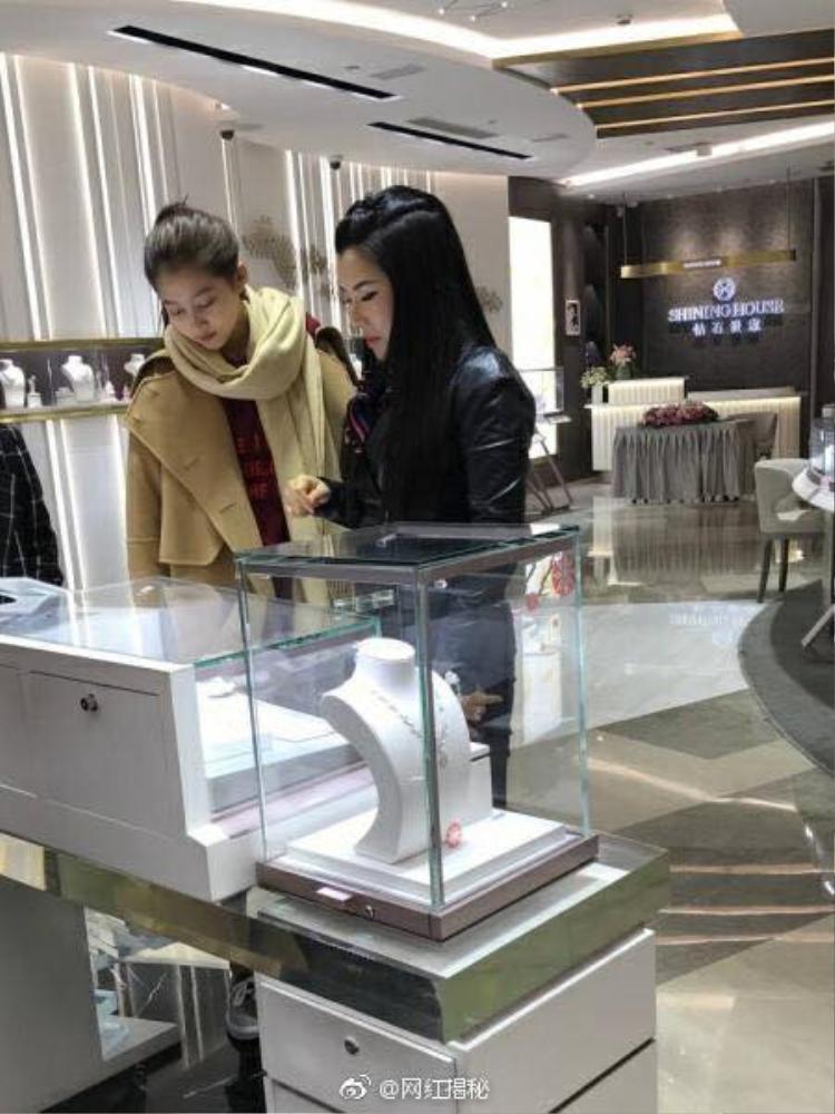 Không lâu sau, trên Weibo cũng rầm rộ tin đồn Quan Hiểu Đồng cùng bố đi xem nhẫn cưới.