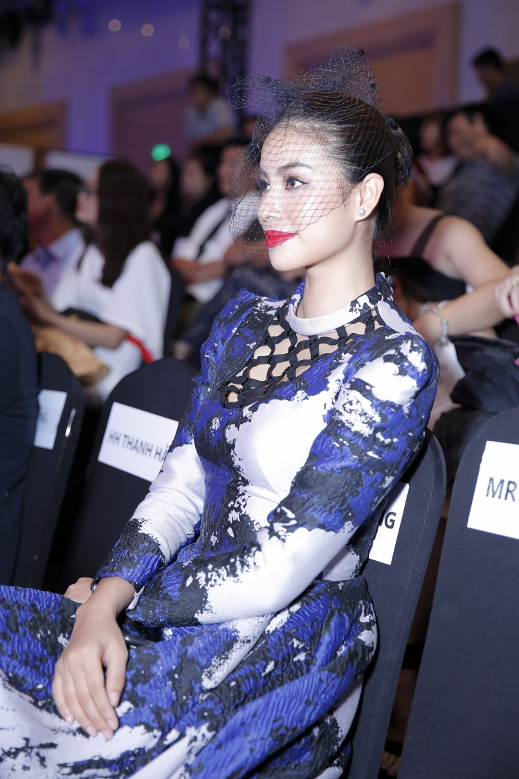 Dù đang bận rộn trong vai trò người truyền cảm hứng cho thí sinh Hoa hậu Hoàn vũ Việt Nam 2017, huấn luyện viên The Look, nhưng người đẹp vẫn giành thời gian đến tham dự show thời trang 4D đầu tiên tại Việt Nam.