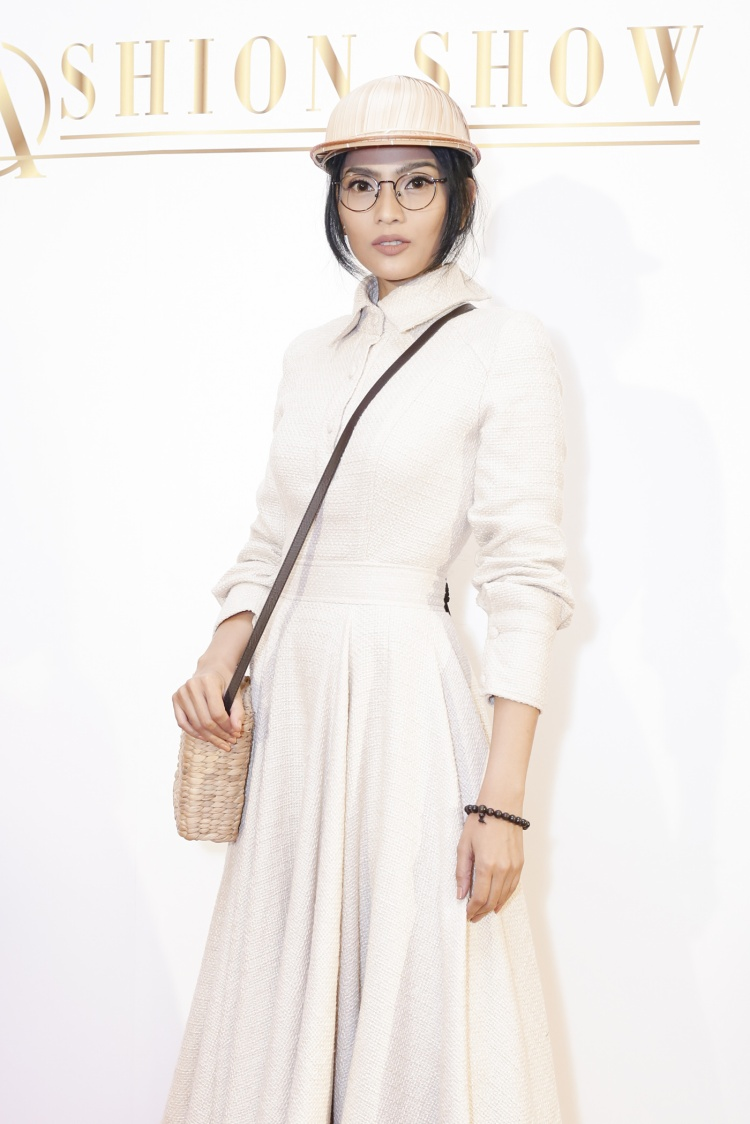 Trương Thị May thu hút sự chú ý không kém bởi thần thái quyến rũ và rạng rỡ. Cô chọn cho mình bộ trang phục cá tính, ấn tượng. Ngoài vai trò khách mời, chân dài còn tham gia trình diễn bộ sưu tập ở vị trí vedette.