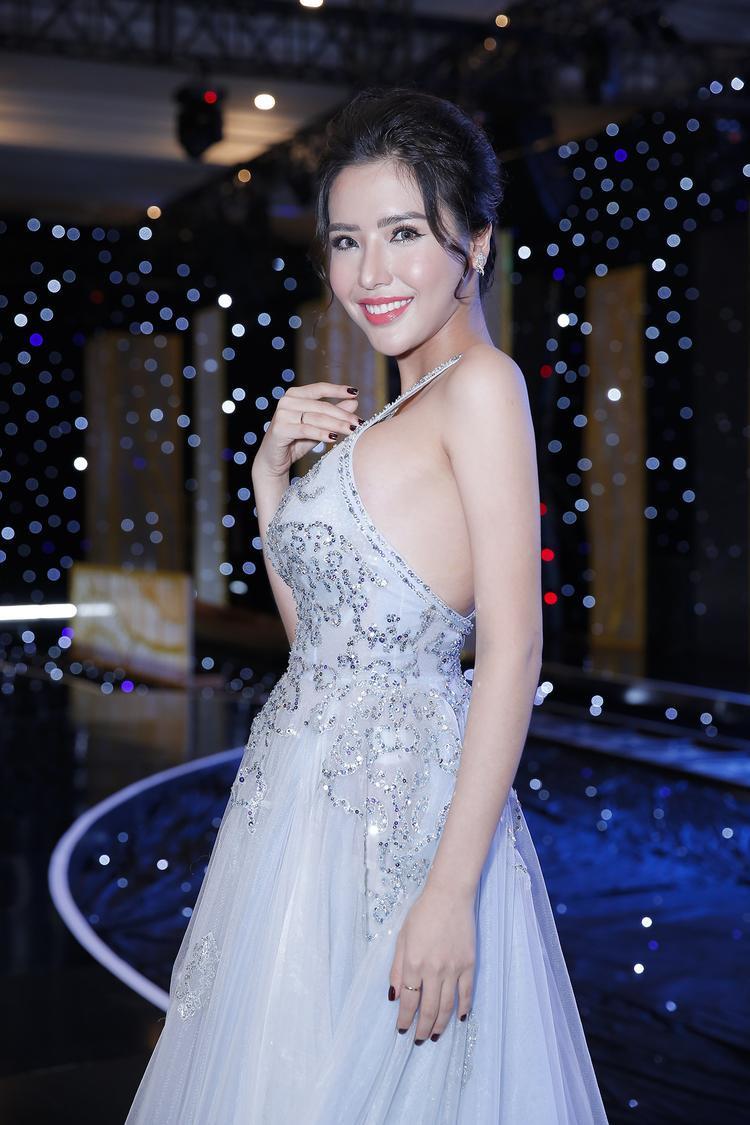 Người mẫu Khánh Phương nhẹ nhàng trong chiếc đầm lụa cổ yếm, giúp cô phát huy lợi thế ngoại hình.