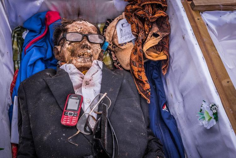 Sau khi qua đời, nếu như chưa tổ chức tang lễ, người chết vẫn được chăm sóc như bình thường.