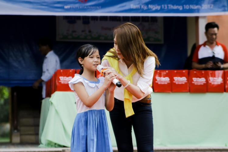Mỹ Tâm làm cô giáo bất đắc dĩ trong chuyến từ thiện tại Quảng Nam