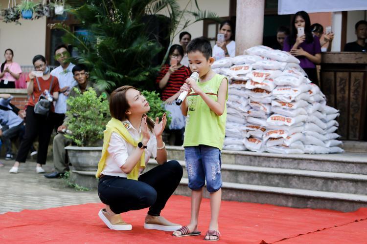 Các bé còn dành tặng nhiều món quà đặc biệt về mặt tinh thần cho Mỹ Tâm.