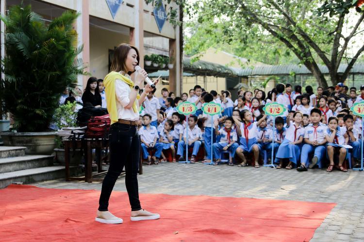 Mỹ Tâm khiến nhiều em bé và bạn trẻ thích thú khi giao lưu bằng tiếng Quảng Nam.
