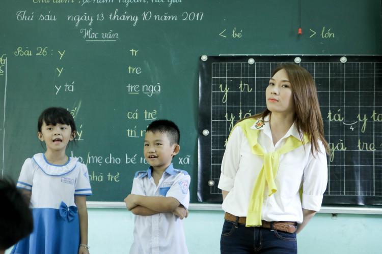 Ngoài trao quà, Mỹ Tâm còn bất ngờ đến thăm một lớp học.