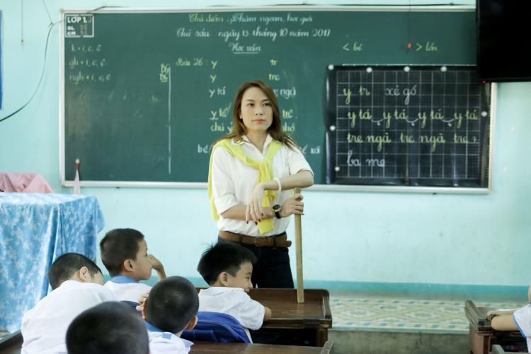 Cô không chỉ giao lưu, trò chuyện với các học sinh mà còn trổ tài giảng dạy, hướng dẫn các em thực hiện một số bài tập trong sách giáo khoa. Đây cũng là ước muốn từ nhỏ của Mỹ Tâm.