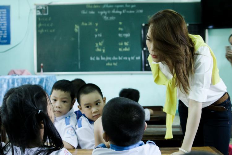 """Cô tâm sự trên trang cá nhân: """"Trên đường đến với các em, nhớ ngày xưa mình muốn làm cô giáo, đến giờ vẫn không thay đổi. Hôm trước có mấy em nhỏ gặp mình cứ thích kêu cô Út… Ờ, cô Út - Chính là mình ngày xưa""""."""