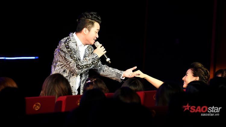 Anh còn xuống tận dưới hàng ghế và tương tác cùng khán giả trong phần biểu diễn của mình.