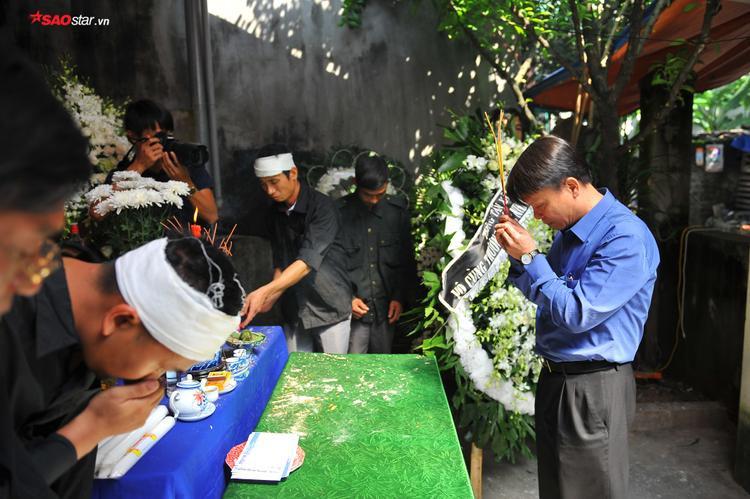 Ông Nguyễn Đức Lợi - Tổng GĐ TTXVN thắp hương viếng tại đám tang.