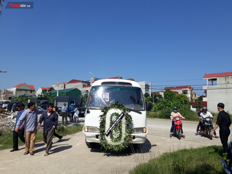 Đúng 13h30, tro cốt của PV Hữu Dư được người thân bạn bè, đồng nghiệp đưa đi an táng tại nghĩa trang quê nhà.