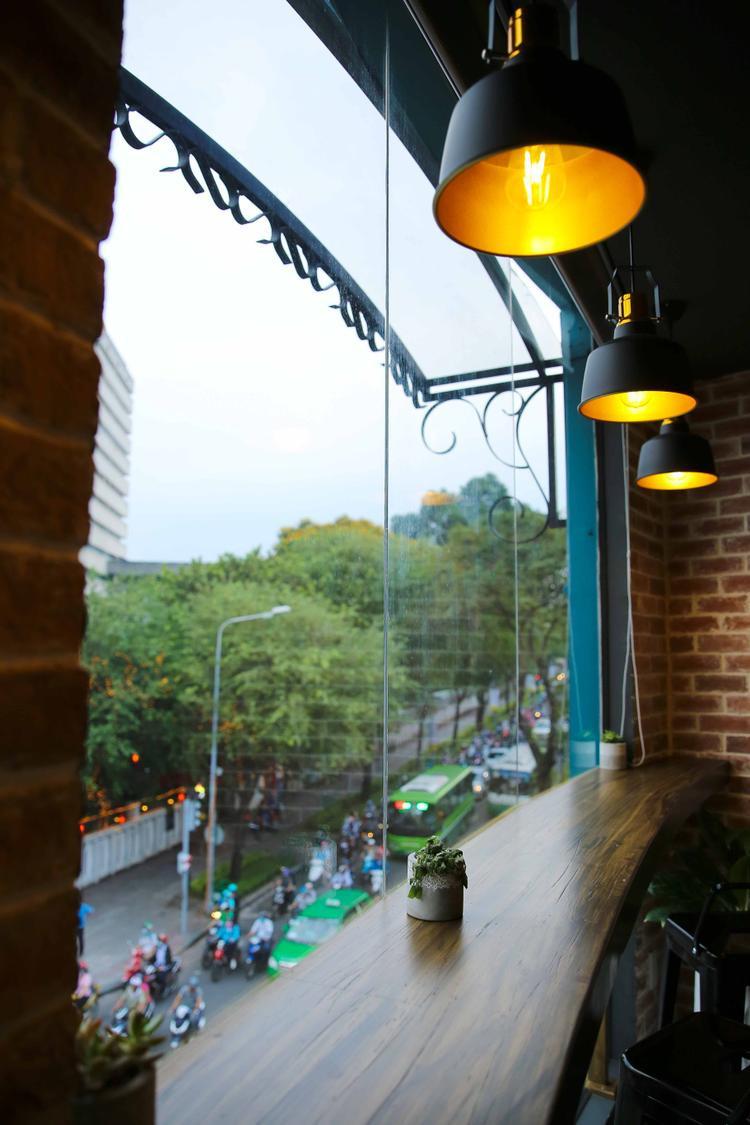 Không gian quán thanh bình với ánh sáng ấm áp, âm nhạc nhẹ nhàng. Những bức họa đẹp trên tường, vật dụng trang trí nhỏ xinh.
