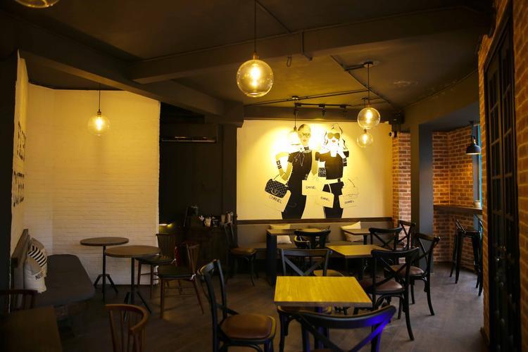 Không chỉ là toạ lạc tại vị trí vàng, quán còn hút khách với các món nước độc đáo.