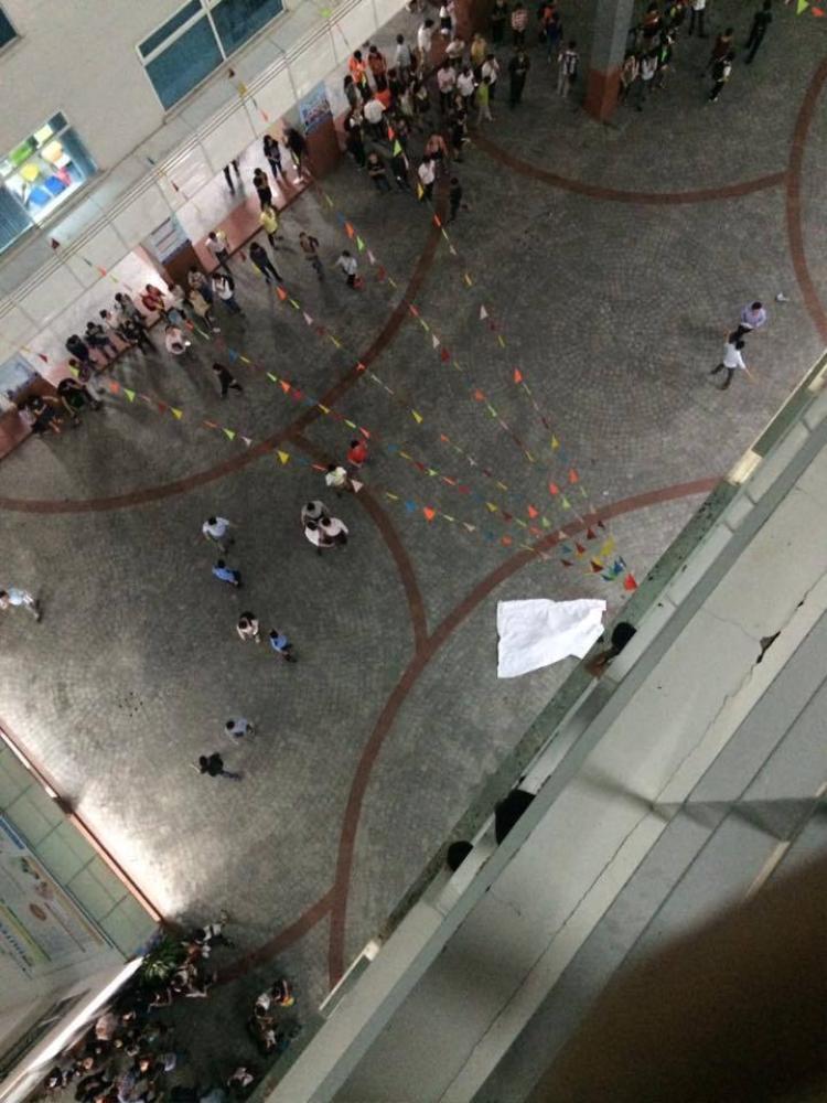 Nhiều sinh viên đã tháo chạy sau khi xảy ra vụ tai nạn thương tâm. Ảnh: Facebook.