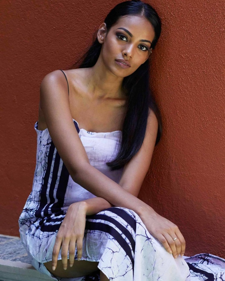 Christina Peiris sẽ là đại diện của Sri Lanka tranh tài tại đấu trường nhan sắc khốc liệt nhất hành tinh. Cô năm nay 22 tuổi, hiện đang là nhà thiết kế thời trang và blogge có tiếng tại quê nhà.