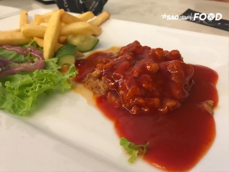 Món salad cá ngừ sốt chua cay được chọn để khai vị.