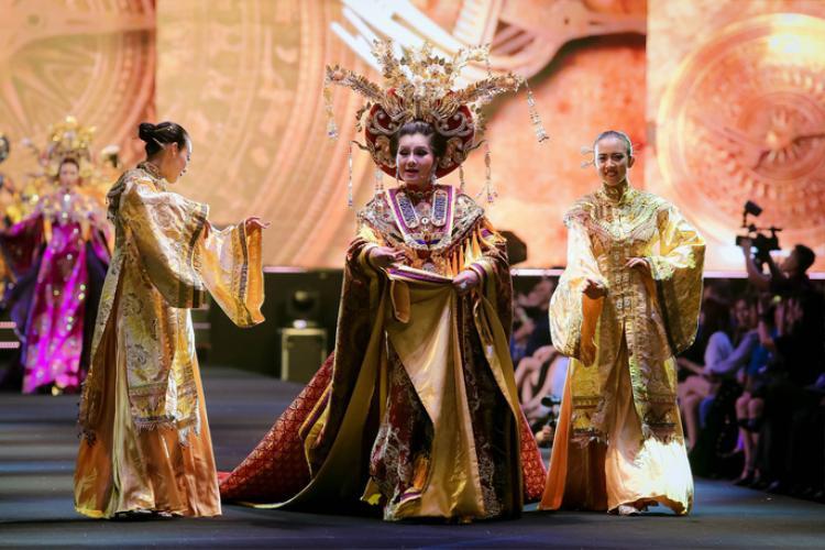 """Nhà thiết kế Lê Long Dũng """"giao"""" quốc phục làm hơn ba tháng cho NSƯT Tú Sương trình diễn tại Fashionology Festival 2017."""
