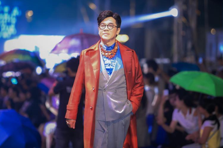 Nghệ sĩ Thành Lộc cũng gây ấn tượng khi bất ngờ xuất hiện trên sàn runway, trong một thiết kế bắt mắt.