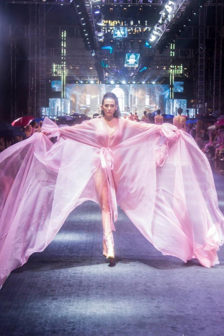 """Võ Hoàng Yến tham gia trình diễn trên đại lộ đi bộ Nguyễn Huệ với phần catwalk """"thần sầu"""" đúng chuẩn siêu mẫuhàng đầu Việt Nam."""