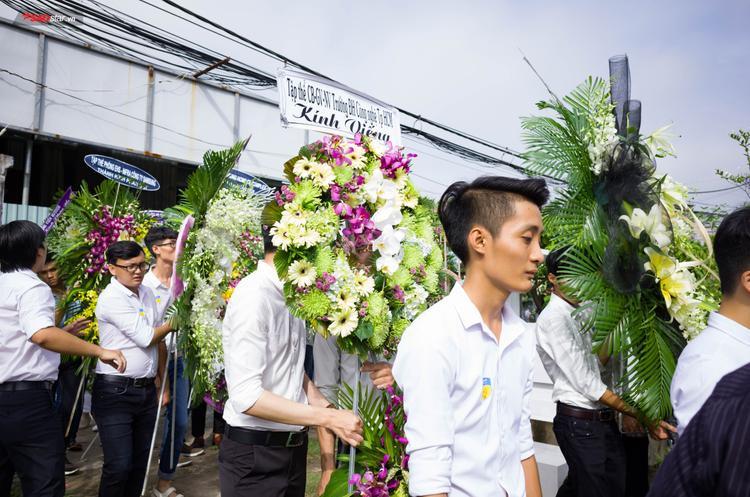 Những vòng hoa trắng tiễn đưa nam sinh Nguyễn Thanh Long.