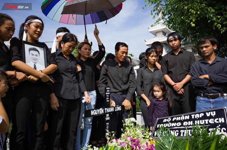 """Nhiều người chứng kiến cảnh """"người đầu bạc tiễn kẻ đầu xanh"""" không cầm được nước mắt thương tiếc cuộc sống ngắn ngủi của Thanh Long."""