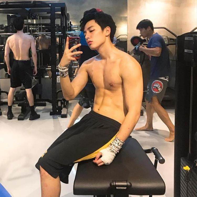 Hot boy Hàn với mặt học sinh, body phụ huynh khiến phái nữ đổ gục