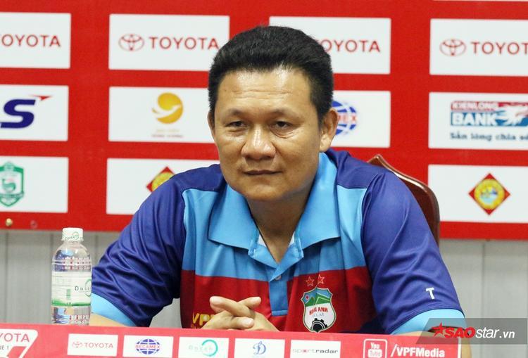 HLV Quốc Tuấn bị sa thải khi V.League 2017 chỉ còn 5 vòng.