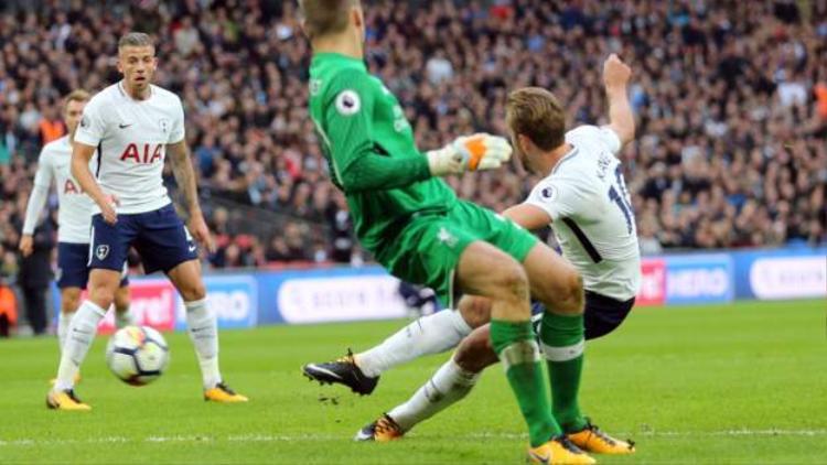 Kane chọn vị trí và thời điểm hợp lý để hoàn tất cú đúp.