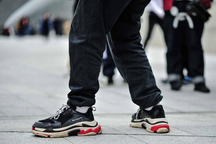 Cơn sốt Balenciaga Triple S phủ sóng toàn bộ Seoul Fashion Week.
