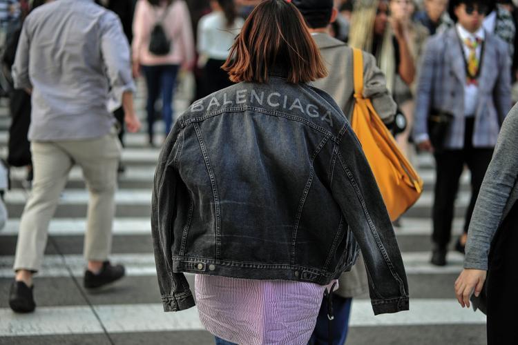 Thiết kế tinh tế cá tính mang lại phong cách khỏe khoắn cho người mặc nên áo khoác jean đến từ thương hiệu Balenciaga được rất nhiều fashionista yêu thích.Áo khoác jeans cũng đang được các tín đồ phá cách bằng cách mặc ỡm ỡ, hững hờ đầy phóng khoáng.