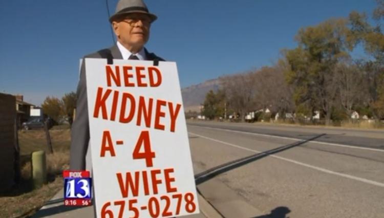 Cụ Wayne Winters đeo tấm biển tìm thận cấy ghép cho vợ.