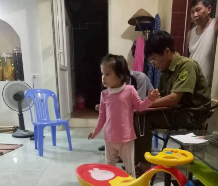 Bé gái bị bỏ rơi trước cửa nhà dân.