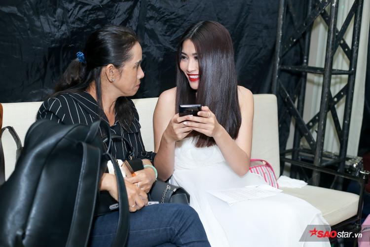 Quỳnh Châu tiết lộ rằng mẹ luôn giúp mình bình tĩnh trước khi bước ra sân khấu bằng những câu chuyện vui vẻ sau cánh gà.
