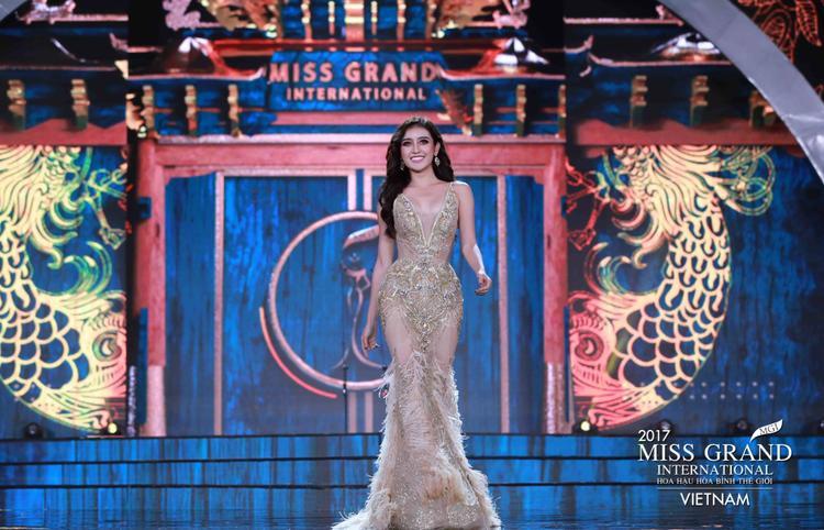 Huyền My đẹp như nữ thần, catwalk bốc lửa trên sân khấu