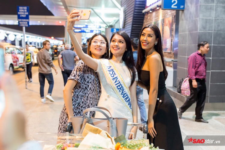 Á hậu Nguyễn Loan cũng có mặt tại sân bay để tiễn Thùy Dung.
