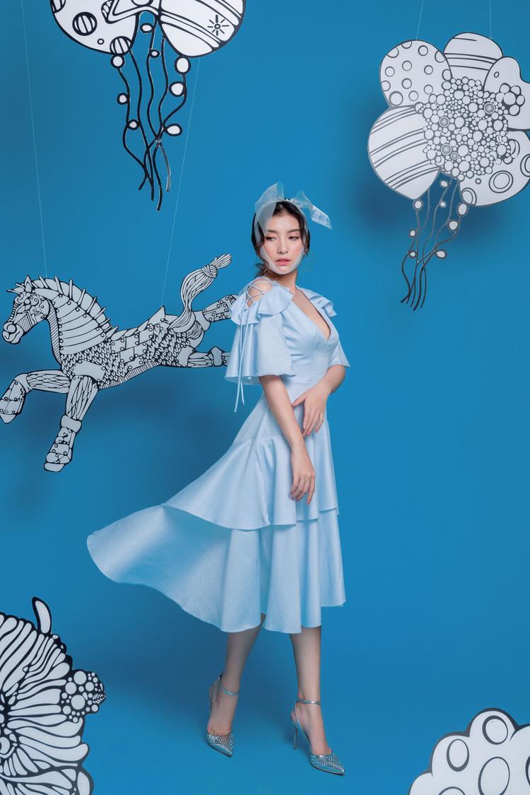 Đây cũng là một trong những hình ảnh mà Tiêu Châu Như Quỳnh đang thử sức biến hoá mình màu sắc hơn và đa dạng trong phong cách thời trang cũng như âm nhạc.