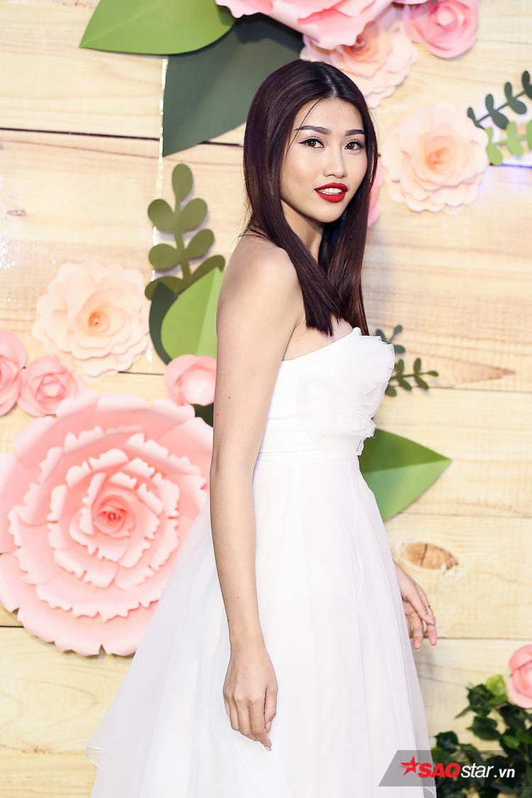 Người mẫu Quỳnh Châu ghi điểm trong bộ váy trắng nền nã.