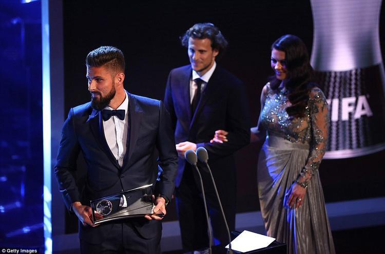 Tiền đạo Arsenal Olivier Giroud nhận giải Bàn thắng đẹp nhất cho bàn thắng vào lưới Crystal Palace tại Emirates
